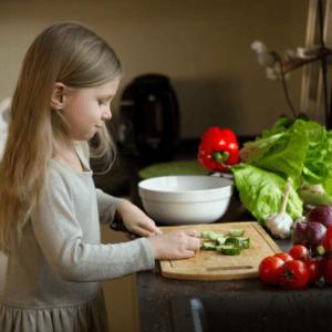 вовлекать детей к приготовлению пищи