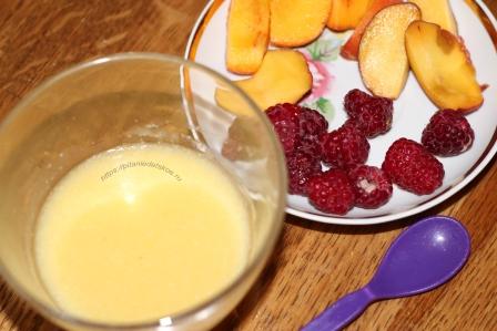 Кукурузная манка со сливочным маслом и фрукты