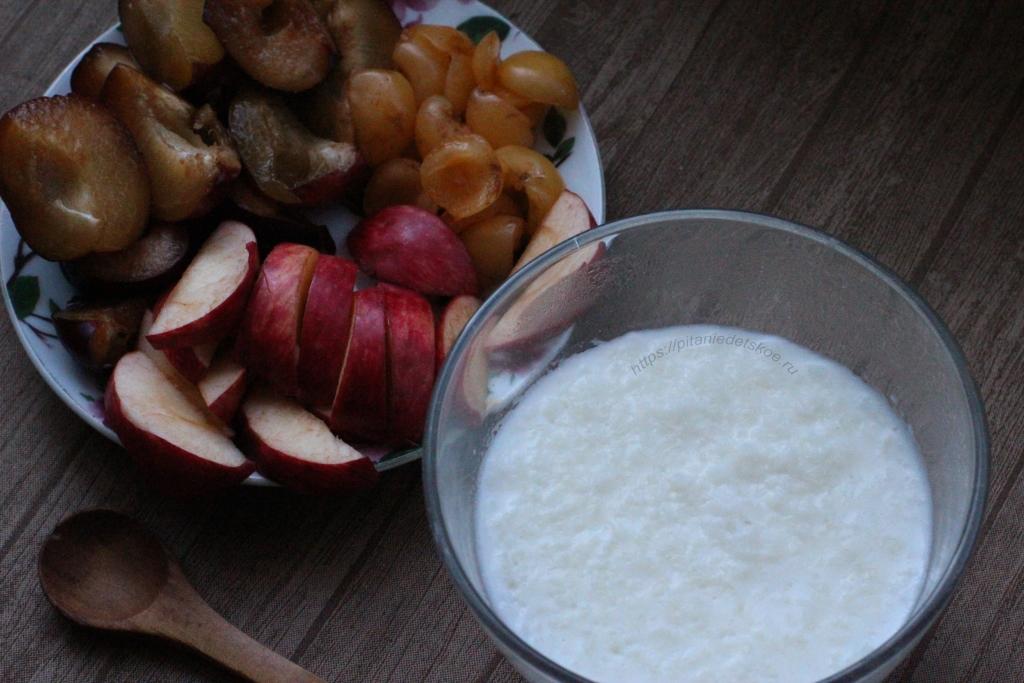 Рисовая молочная каша со сливочным маслом и фрукты