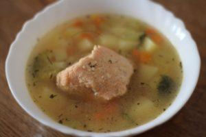 Рыбный суп с лососем и сельдереем