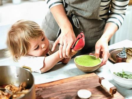 маленький помощник на кухне