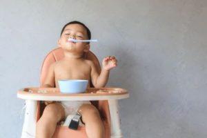 ребенка плеваться едой